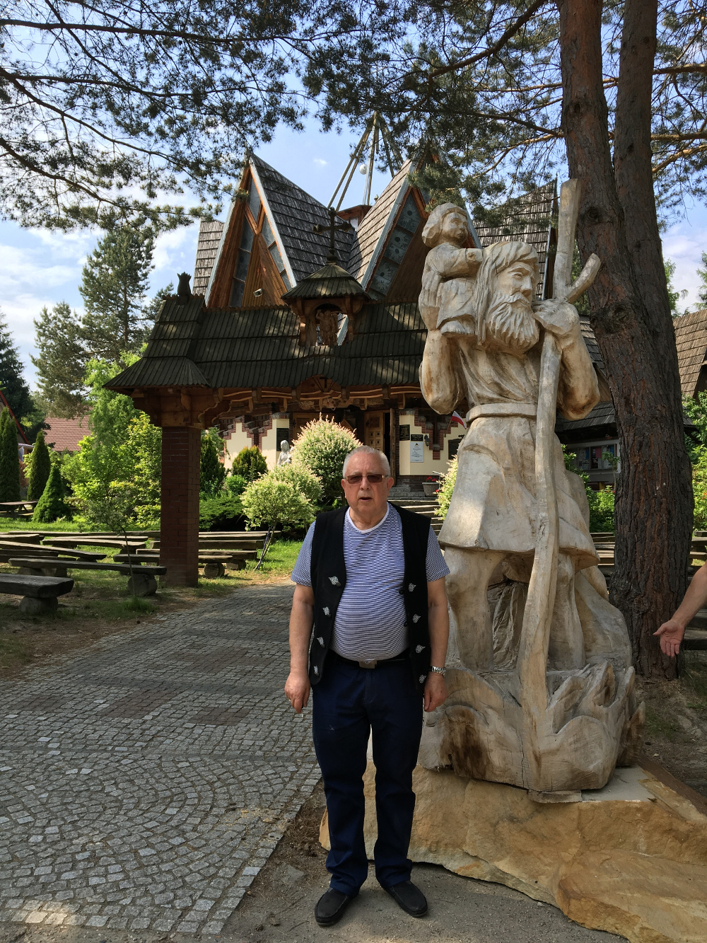 Instalacja nowej figurki Matki Bożej w kościele na Ślęży