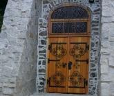 Drzwi modrzewiowe przy Grocie Bolka II - IX 2017